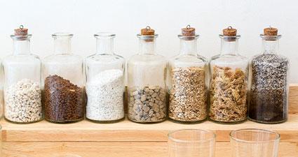 imagem de diversos fertilizantes em frascos de laboratórios