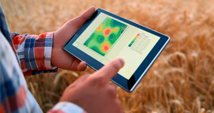 homem segurando tablet com mapa de agricultura de precisão