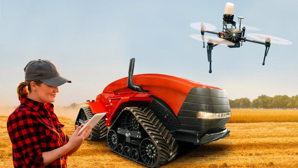 mulher fazendeira com tablet na mão, trator elétrico e drone