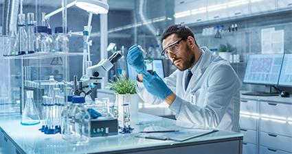 homem fazendo análise tecnologica no laboratório