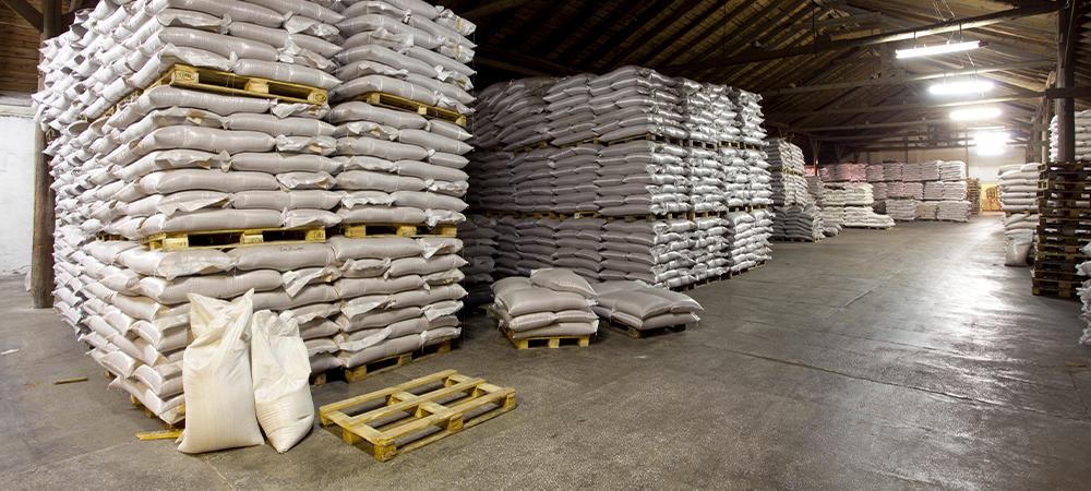 imagem de armazém com sacos de sementes empilhadas