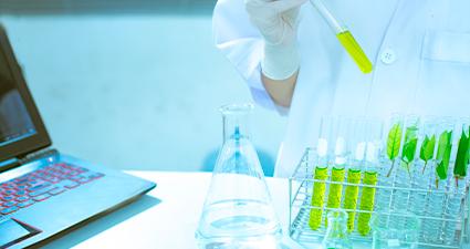 laboratorista com amostras de análises foliares